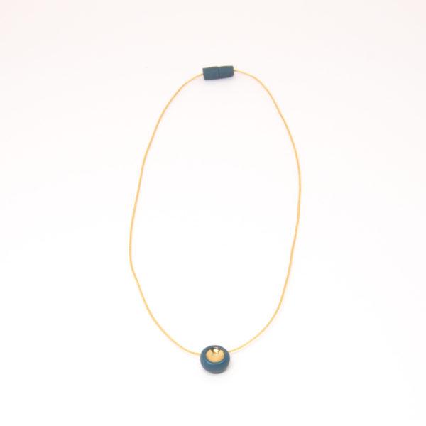 Vesna-Garic-collier-aimant-perle-gris-or-fil-dore-Pedot