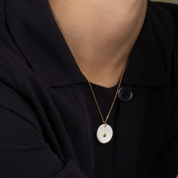 Vesna-Garic-collier-pendentif-medaille-blanc-or-Lune