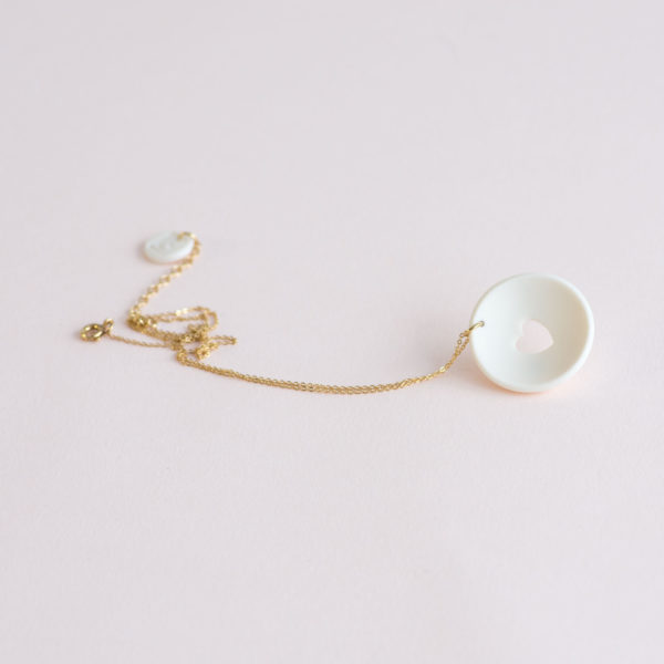 Vesna-Garic-Collier-pendentif-Love-Coeur-blanc-Peau