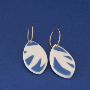 Vesna-Garic-Collection-M-Boucles-oreilles-Creoles-porcelaine-bleu-blanc