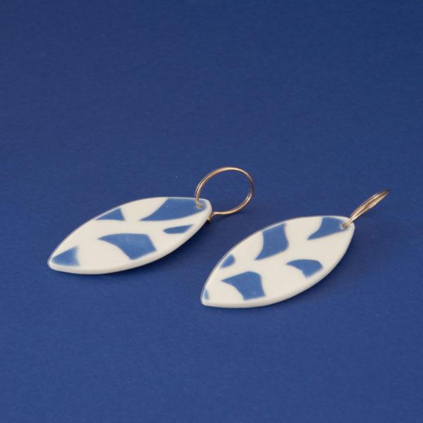 Vesna-Garic-Collection-M-Boucles-oreilles-Creoles-porcelaine-bleu-blanc
