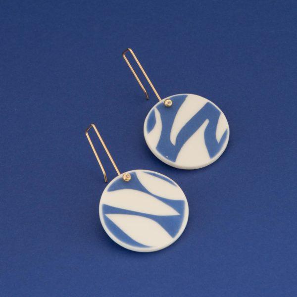 Vesna-Garic-Collection-M-Boucles-oreilles-crochet-porcelaine-bleu-blanc