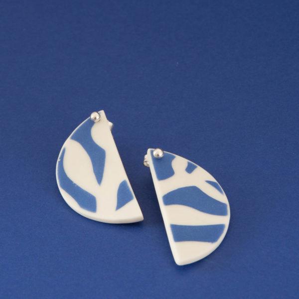 Vesna-Garic-Collection-M-Boucles-oreilles-puces-porcelaine-bleu-blanc