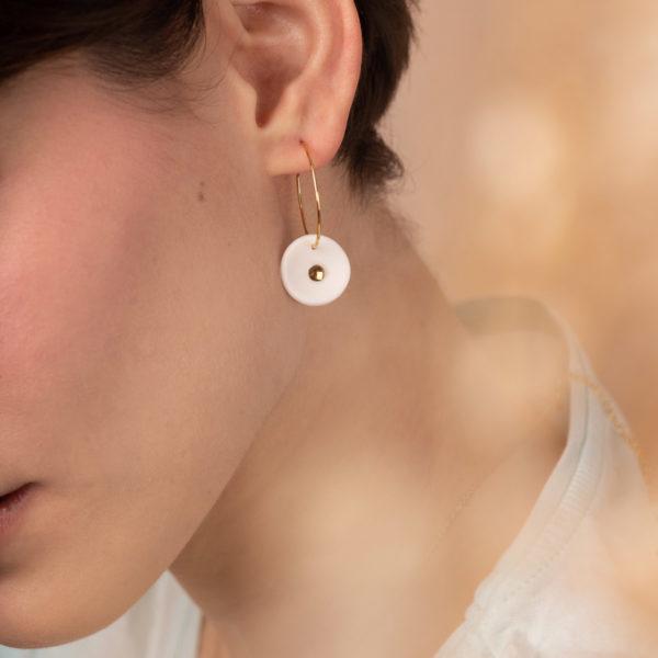 Vesna-Garic-Boucles-Oreilles-creoles-medaille-porcelaine-blanc-or-Lune