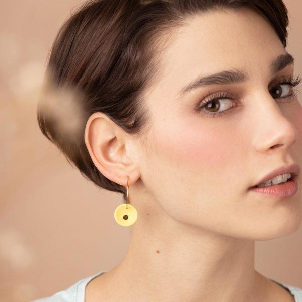 Vesna-Garic-Boucles-Oreilles-medaille-jaune-or-Lune