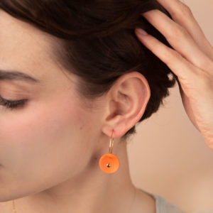 Vesna-Garic-Boucles-Oreilles-medaille-orange-or-Lune