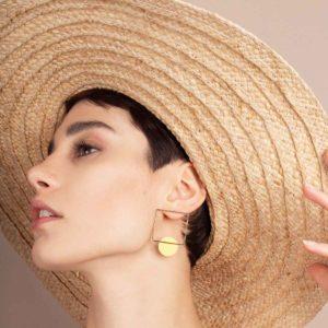 Vesna-Garic-boucles-oreilles-carre-dore-disque-porcelaine-jaune-CLIPSYR