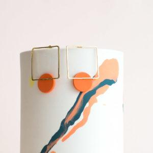 Vesna-Garic-boucles-oreilles-carre-dore-disque-porcelaine-orange-CLIPSYR