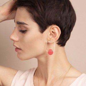 Vesna-Garic-boucles-oreilles-carre-dore-disque-porcelaine-rouge-CLIPSYR