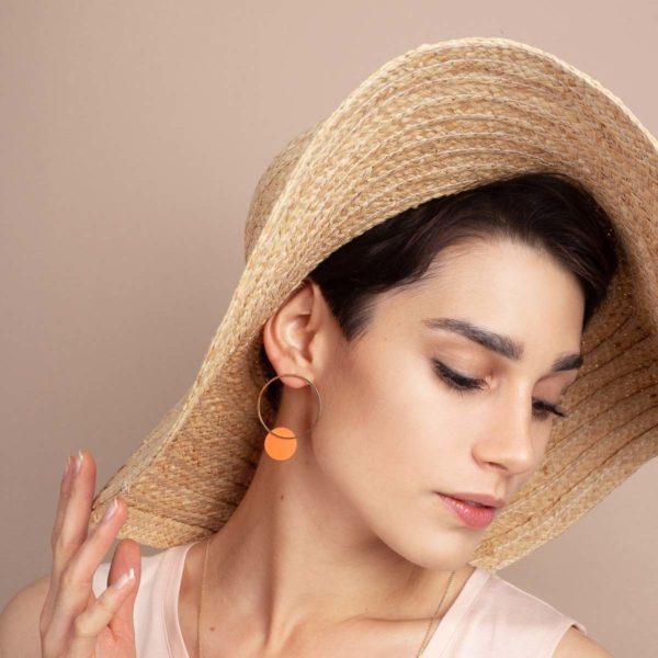 Vesna-Garic-boucles-oreilles-cercle-dore-disque-porcelaine-orange-CLIPSO