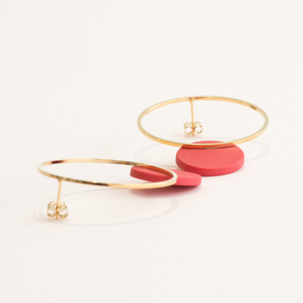 Vesna-Garic-boucles-oreilles-cercle-dore-disque-porcelaine-rouge-CLIPSO