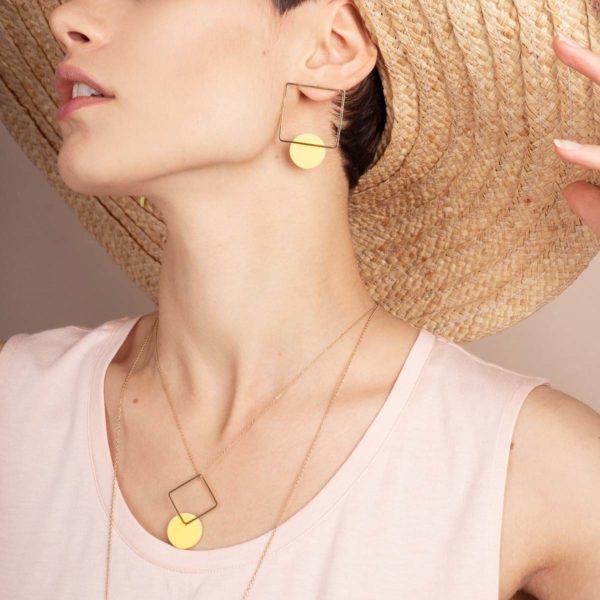 Vesna-Garic-boucles-oreilles-collier-carre-losange-dore-disque-porcelaine-jaune-CLIPSYR