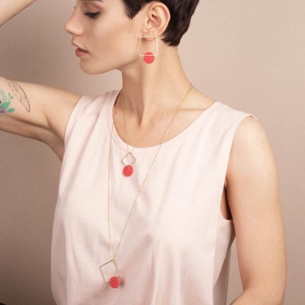 Vesna-Garic-boucles-oreilles-collier-sautoir-carre-dore-disque-porcelaine-rouge-CLIPSYR