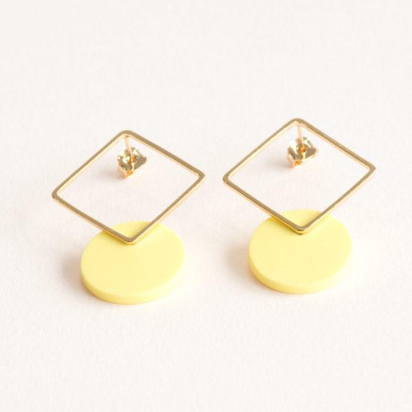 Vesna-Garic-boucles-oreilles-losange-dore-disque-porcelaine-jaune-CLIPSYR