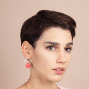 Vesna-Garic-boucles-oreilles-losange-dore-disque-porcelaine-rouge-CLIPSYR
