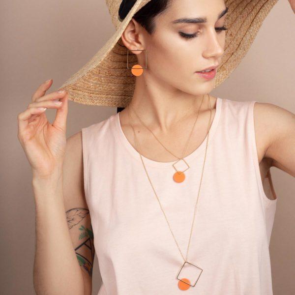 Vesna-Garic-boucles-oreilles-pendentif-carre-losange-dore-disque-porcelaine-orange-CLIPSYR