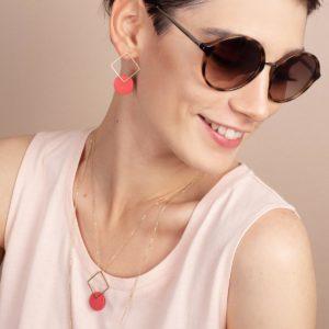 Vesna-Garic-boucles-oreilles-pendentif-losange-dore-disque-porcelaine-rouge-CLIPSYR