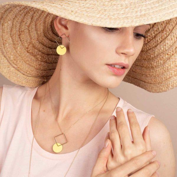 Vesna-Garic-collier-boucles-oreilles-losange-dore-disque-porcelaine-jaune-CLIPSYR