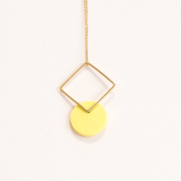 Vesna-Garic-collier-pendentif-losange-dore-disque-porcelaine-jaune