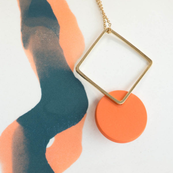 Vesna-Garic-collier-pendentif-losange-dore-disque-porcelaine-orange-CLIPSYR