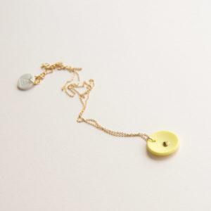 Vesna-Garic-collier-pendentif-medaille-jaune-or-Lune