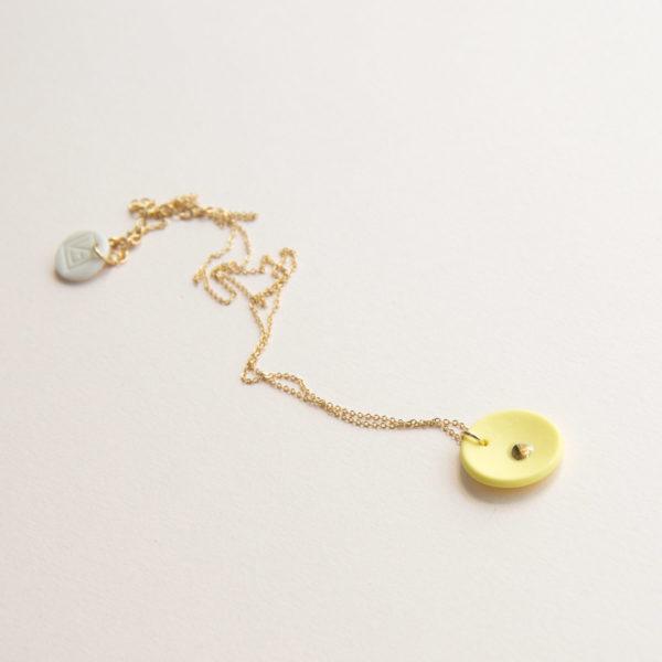 Vesna-Garic-collier-pendentif-medaille-porcelaine-jaune-or-Lune