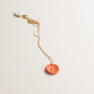 Vesna-Garic-collier-pendentif-medaille-orange-or-Lune