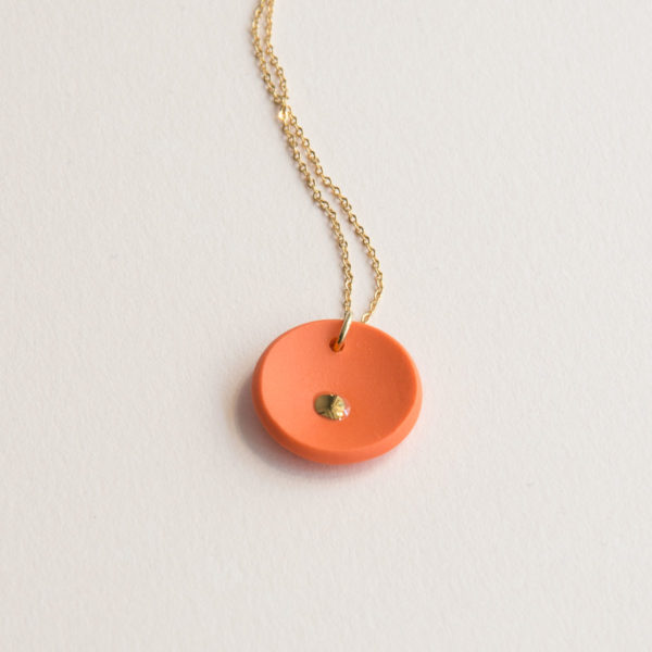 Vesna-Garic-collier-pendentif-medaille-orange-or-Lune