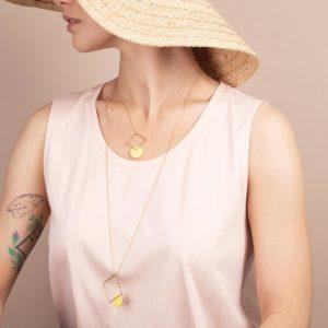 Vesna-Garic-collier-sautoir-carre-losange-dore-disque-porcelaine-jaune-CLIPSYR