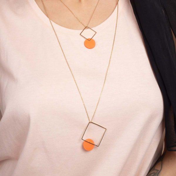 esna-Garic-collier-sautoir-carre-losange-dore-disque-porcelaine-orange-CLIPSYR