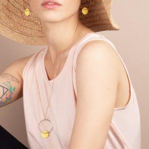 Vesna-Garic-sautoir-boucles-oreilles-cercle-dore-disque-porcelaine-jaune-CLIPSO