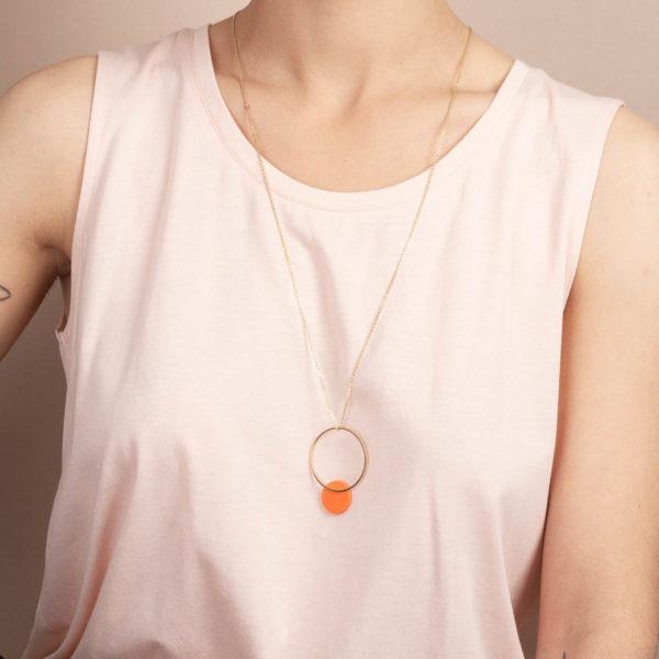 Vesna-Garic-sautoir-cercle-dore-disque-porcelaine-orange-CLIPSO