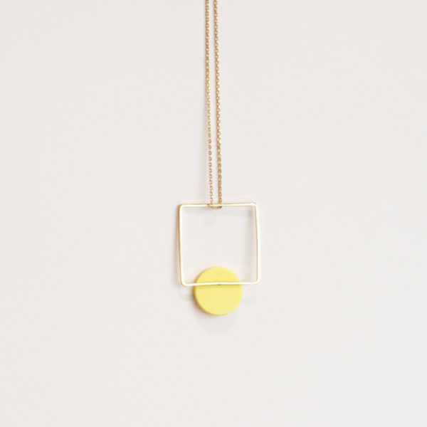 Vesna-Garic-sautoir-pendentif-carre-dore-disque-porcelaine-jaune-CLIPSYR