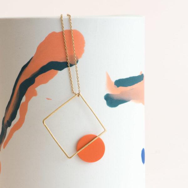 Vesna-Garic-sautoir-pendentif-carre-dore-disque-porcelaine-orange-CLIPSYR