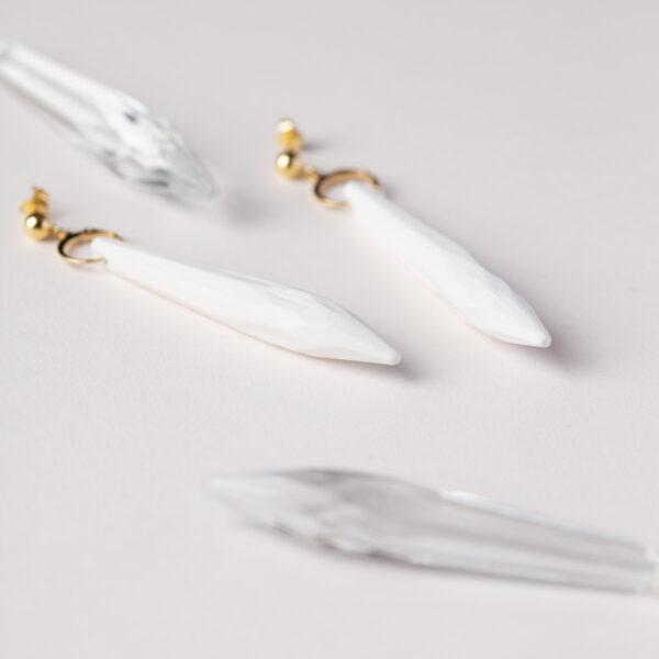Vesna-Garic-Boucles-Oreilles-Pampilles-facettes-porcelaine-blanc-Duchesse