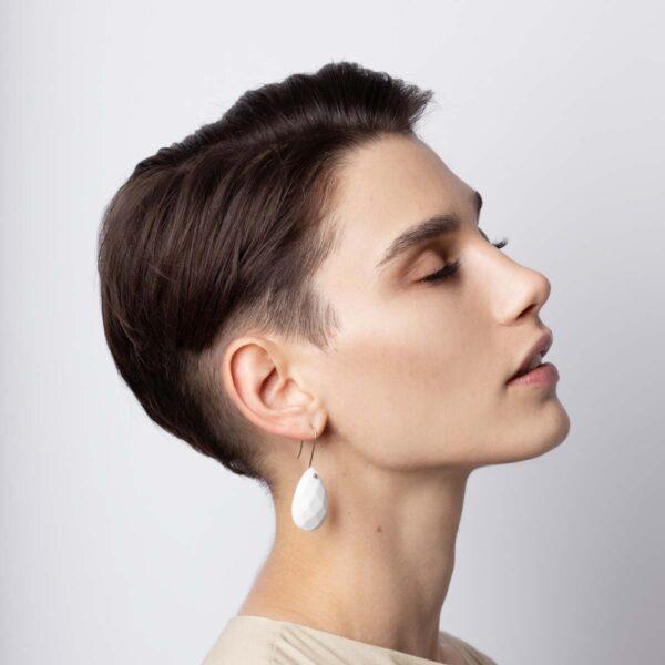 Vesna-Garic-Boucles-Oreilles-Pampilles-poire-facettes-porcelaine-blanc-Comtesse